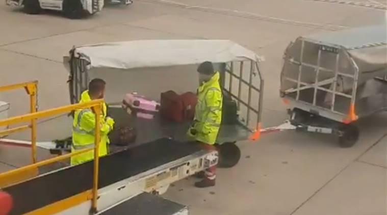 La surreale scena in aeroporto, nessuno riusciva a credere a quello che stava facendo quel dipendente