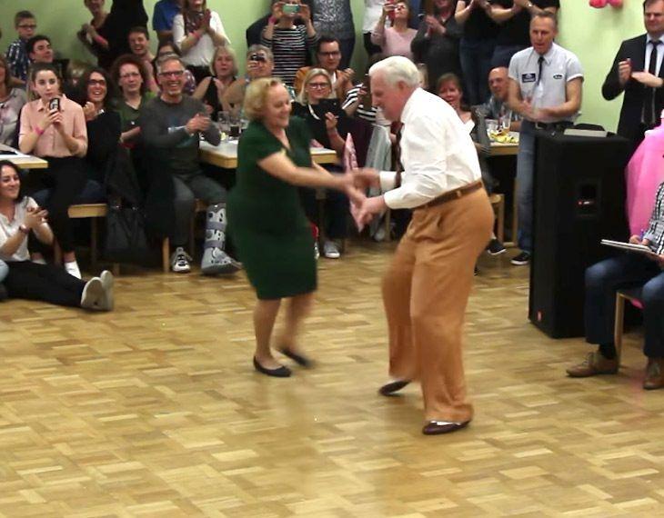 Il ballo anni 50 di questa coppia di 70enni ha fatto innamorare il mondo intero