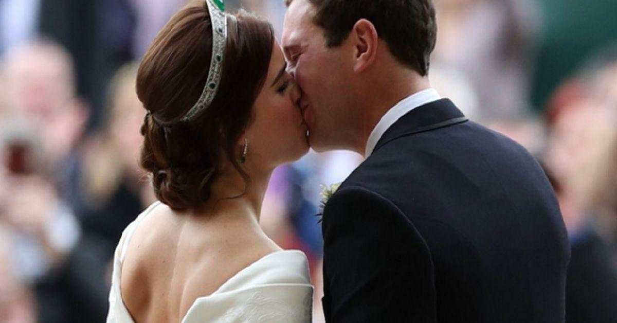 Scollo a V che lascia la schiena scoperta e mostra quel dettaglio, la principessa di York, sposa coraggiosa