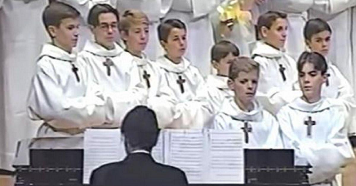 Il coro della chiesa si allinea – il ragazzo inizia a cantare e tutti scoppiano a ridere.