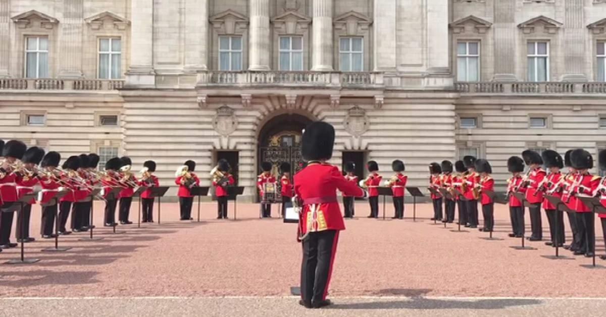 Il tributo di Buckingham Palace a Freddie Mercury, le guardie della regina suonano Bohemian Rhapsody