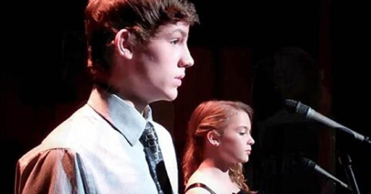 Salgono nervosamente sul palco ma lasciano tutti senza fiato quando iniziano a cantare