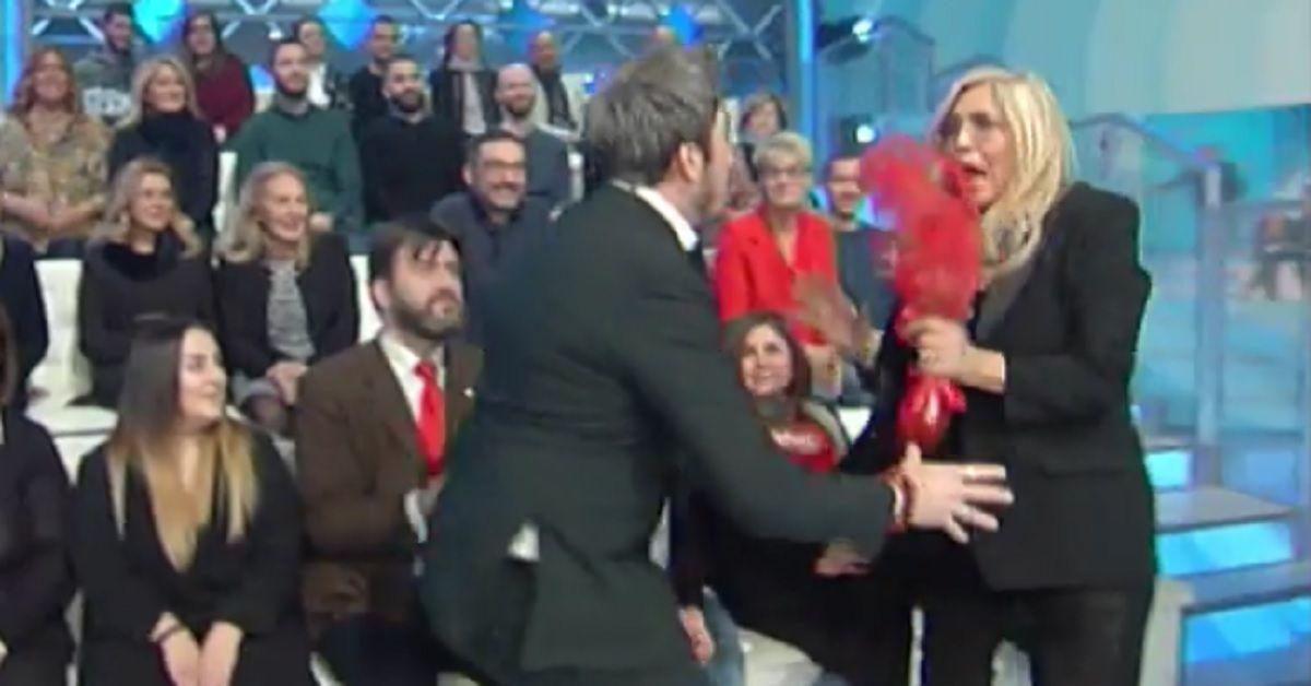 Paolo Ruffini fa uno scherzo in diretta a Domenica In, Mara si spaventa e reagisce con una gaffe