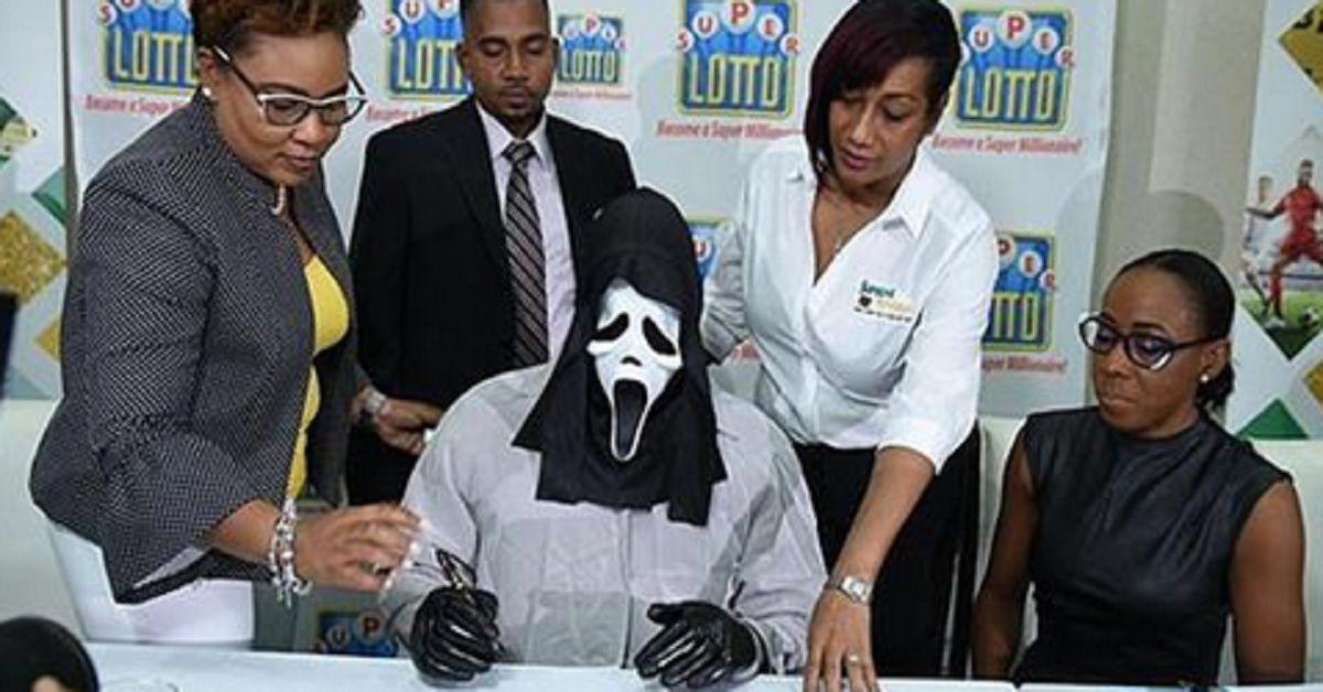 Il vincitore della lotteria incassa il suo assegno con la maschera di Scream. Il motivo del travestimento