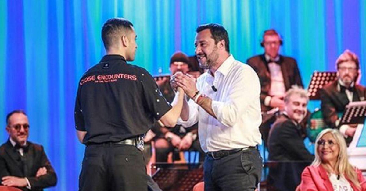 Pace fatta tra Mahmood e  Salvini al Maurizio Costanzo, a stupire l'inattesa richiesta del ministro al cantante
