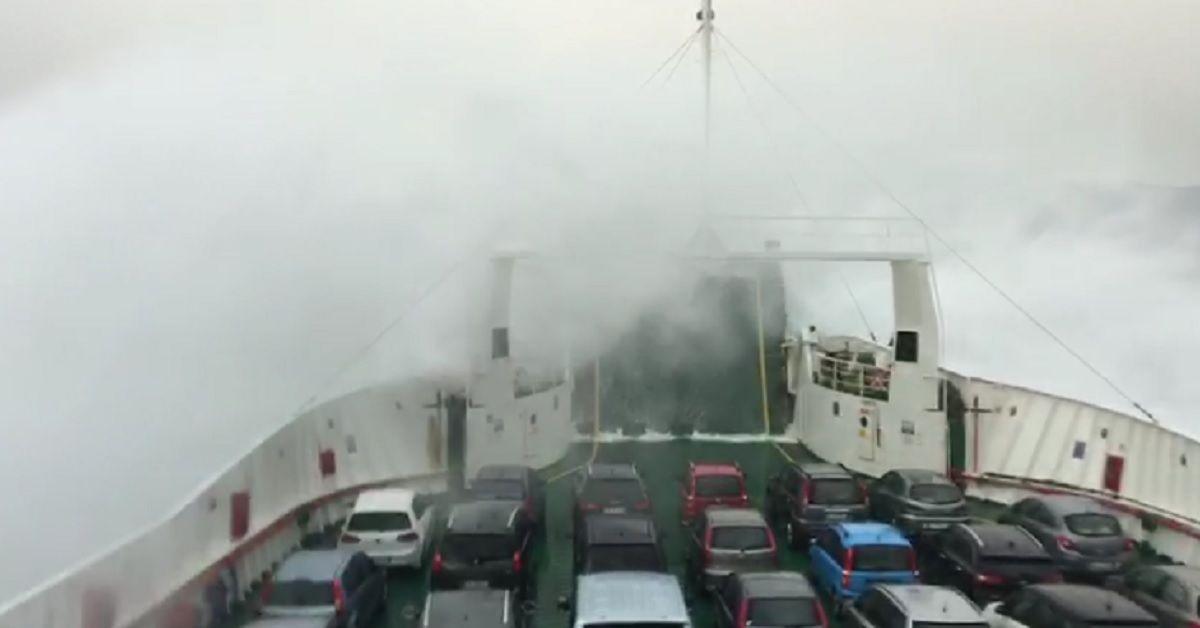 Onde altissime invadono il traghetto sullo Stretto di Messina – Il video girato a bordo