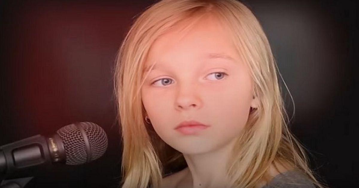 Ha solo 11 anni e interpreta una canzone di Simon & Garfunkel alla perfezione. La sua voce è sbalorditiva