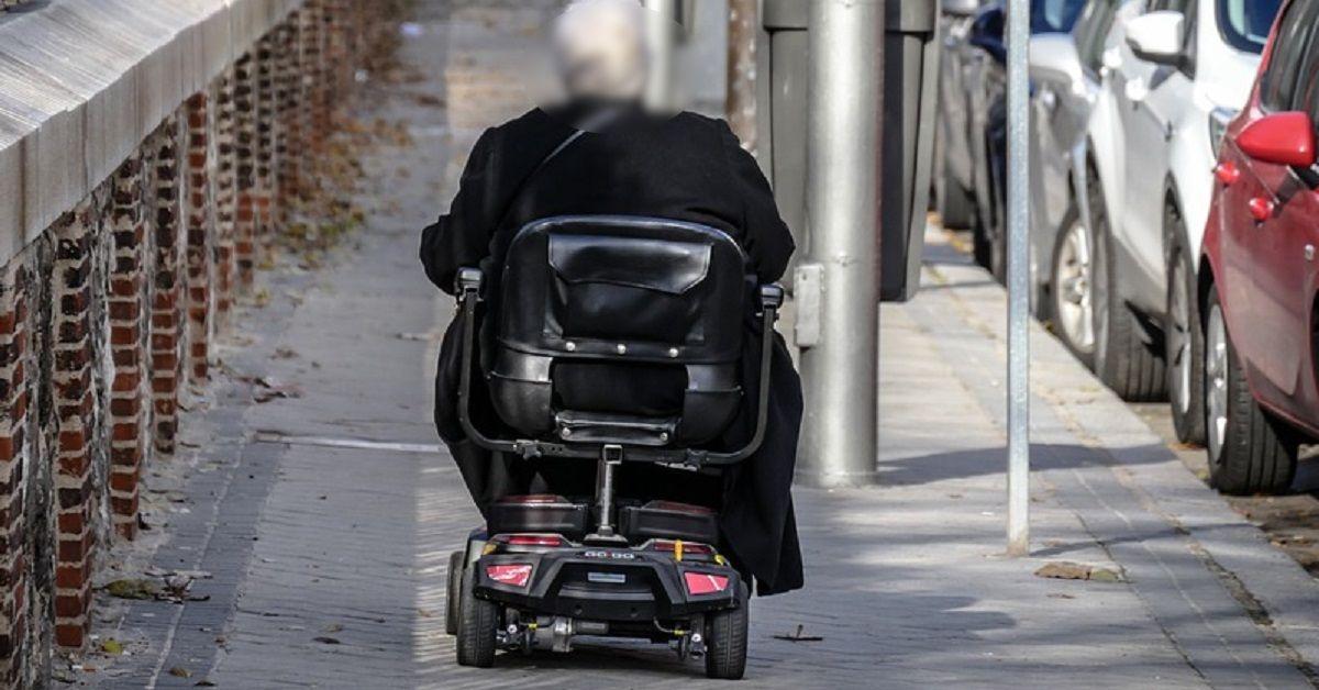 Disabile in carrozzina elettrica fermato dalla polizia in stato di ebbrezza multato: Ecco cosa è successo all'uomo.
