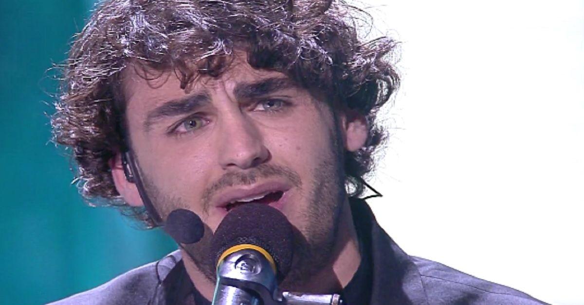 Alberto Urso in finale, ma durante l'esibizione il pubblico ha notato qualcosa di strano e si è scatenato sul Web