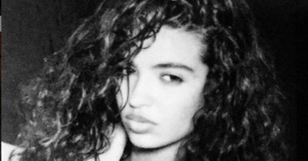 Occhi scuri, capelli ricci, una bellezza esotica senza tempo. Ecco la foto da giovane,  postata dalla modella 55enne