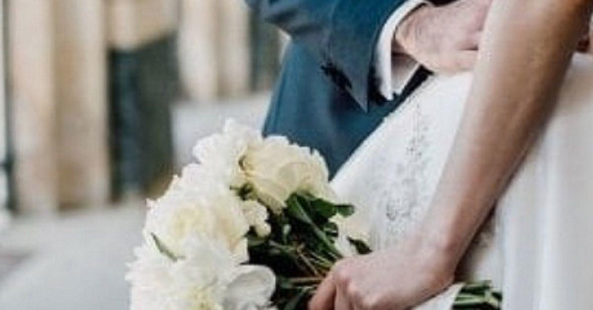 Il fratello dello sposo fa una battuta sull'abito della sposa: si scatena il parapiglia, sono dovuti intervenire gli agenti