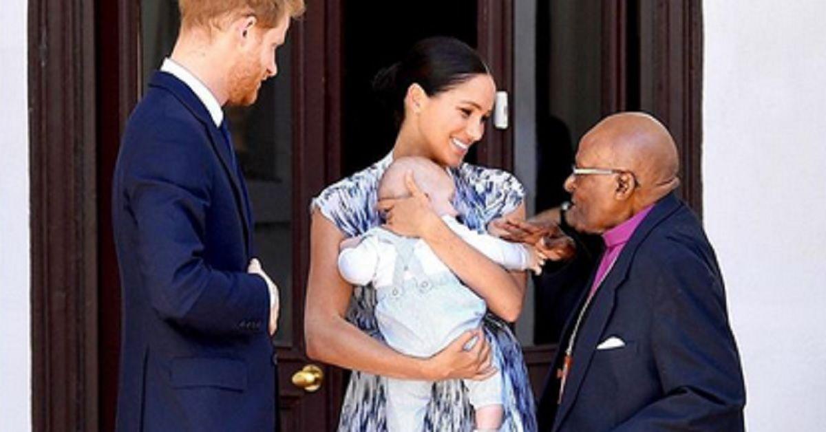 Meghan e Harry  in viaggio in Africa mostrano il piccolo Archie. Tutti gli occhi sulla sua tutina. Ecco quanto costa