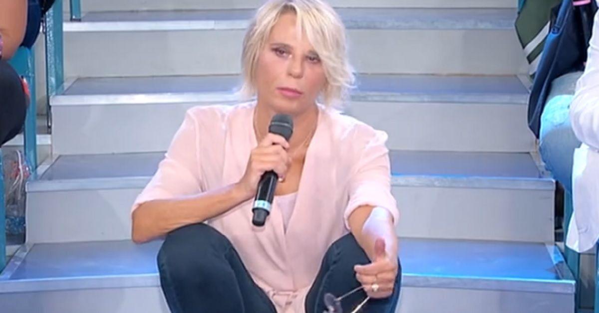 """Maria De Filippi comunica che la tronista ha abbandonato il trono di Uomini e Donne """"Non ha il cuore libero"""""""