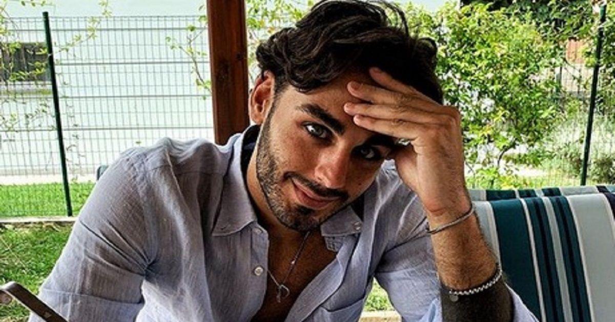 Alberto Urso  bacia Maria De Filippi e posta la foto sul Web che non lascia dubbi. Il loro rapporto è speciale
