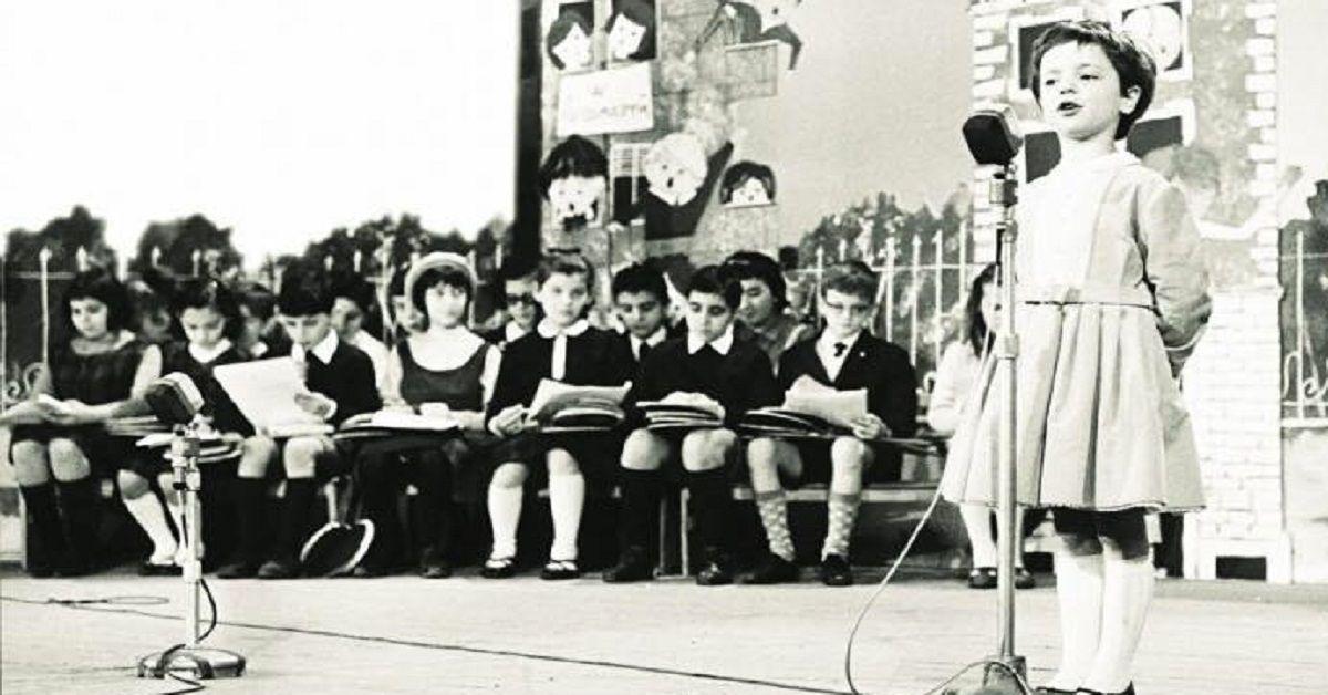 Ricordate la bambina che cantava nel 1964 il pulcino ballerino allo Zecchino D'Oro? Eccola a distanza di 55 anni insieme al figlio anche lui famoso.