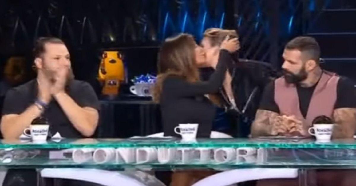 Emma saluta Belen con un Bacio e tutti si stupiscono per il gesto inatteso. Ma in realtà  non è la prima volta che le due condividono un palco e si salutano.