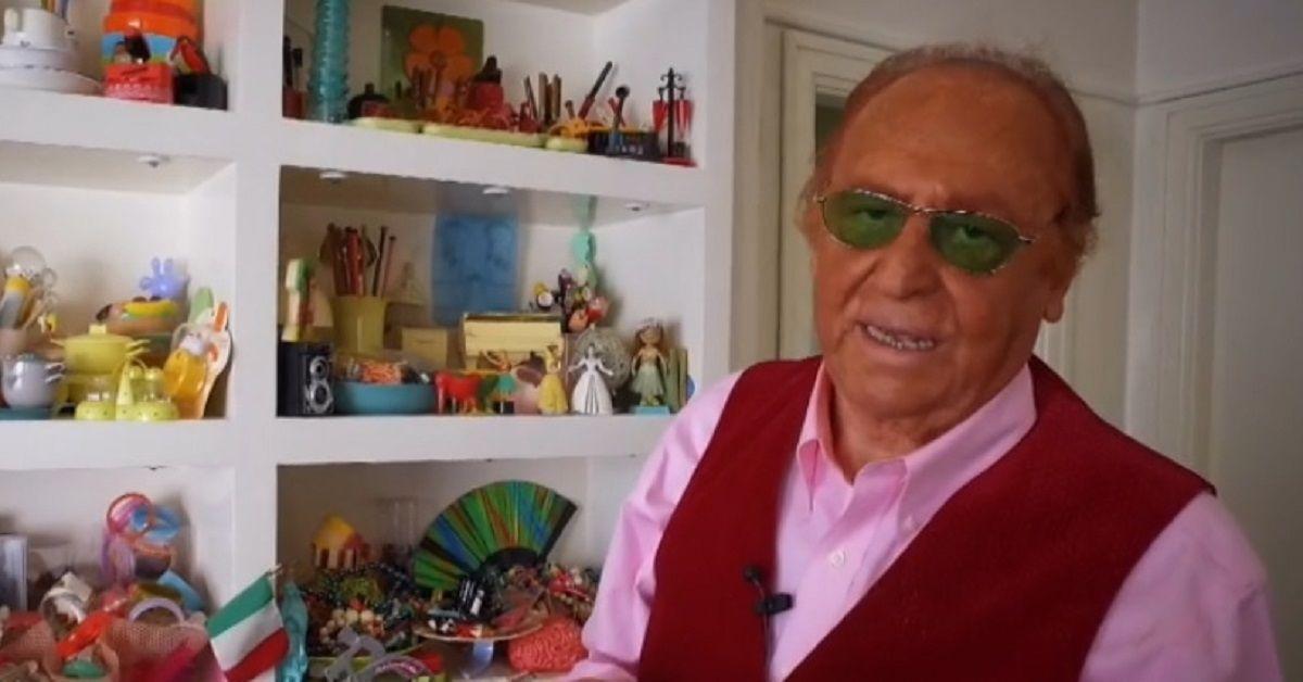 Avete mai visto la casa di Renzo Arbore? Rispecchia il suo estro, è piena di ogni tipo di oggetto in plastica.