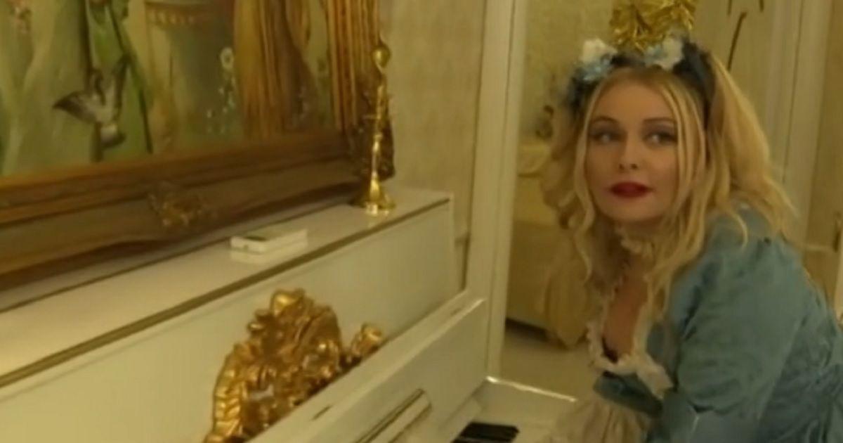 Avete mai visto la casa dell'ex gieffina Lisa Fusco?   Ogni cosa è dorata, un colpo d'occhio incredibile.