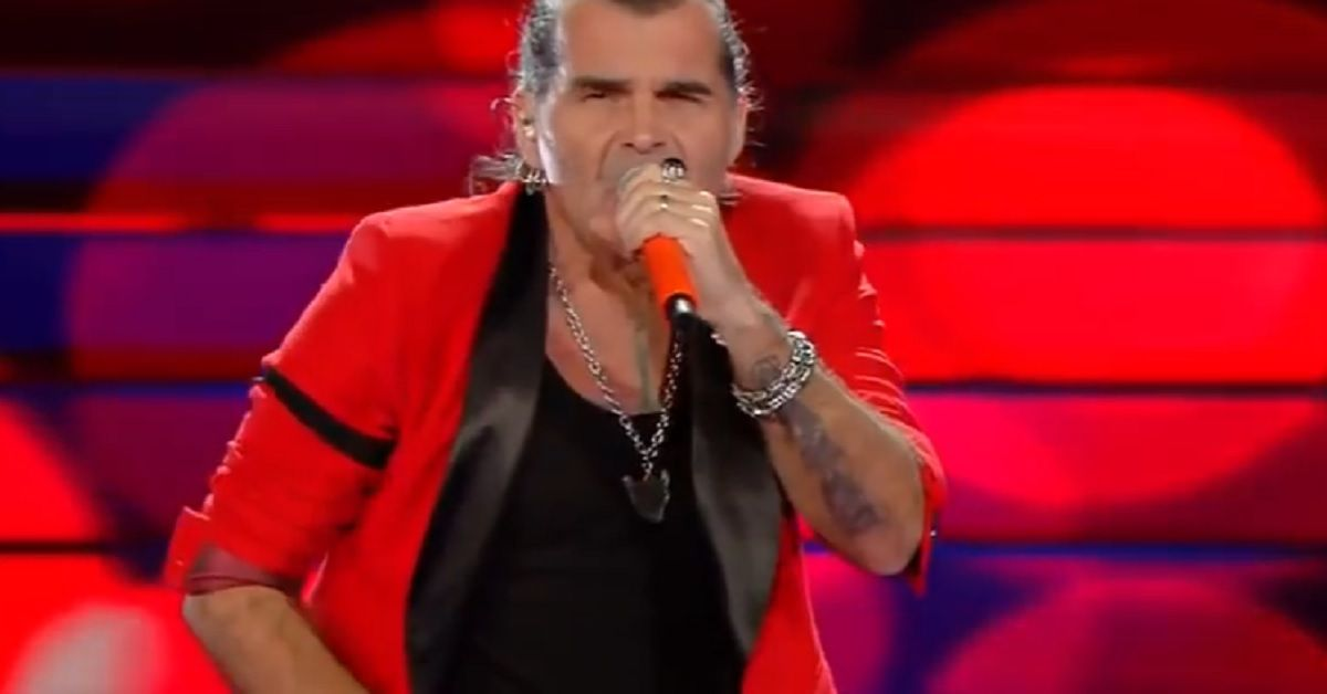 Piero Pelù si presenta sul palco con una fascia nera sul braccio in segno di lutto. Il motivo di tale gesto.