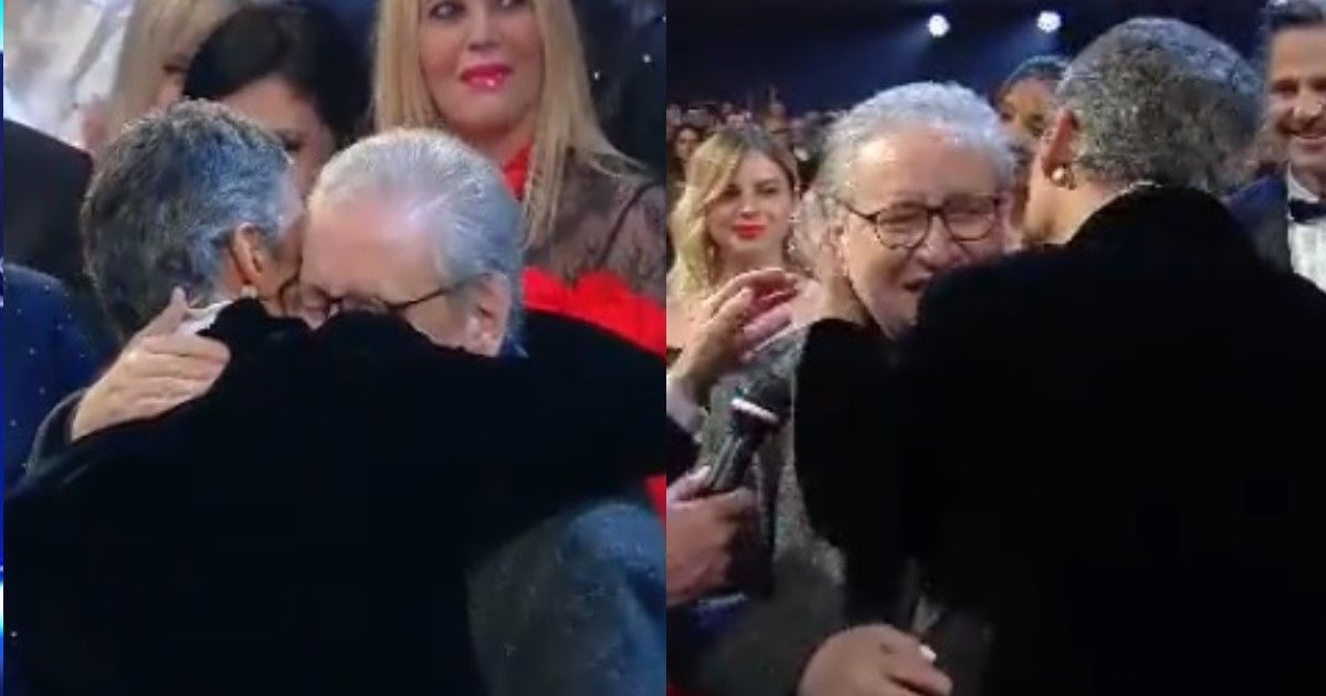 Fiorello abbraccia Mollica durante l'omaggio in suo onore a Sanremo e gli sussurra delle parole all'orecchio. Ecco cosa gli ha detto.