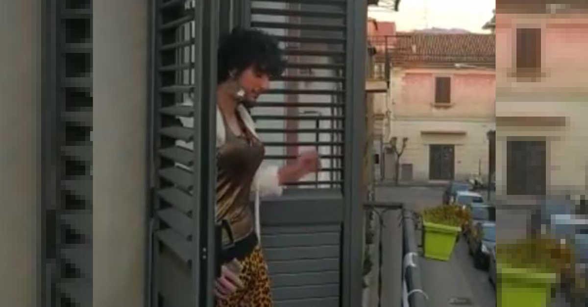 """Il ritorno de """"Il vicino di casa che vorremmo tutti!"""". Si affaccia al balcone per un nuovo flashmob che è già virale! – VIDEO"""