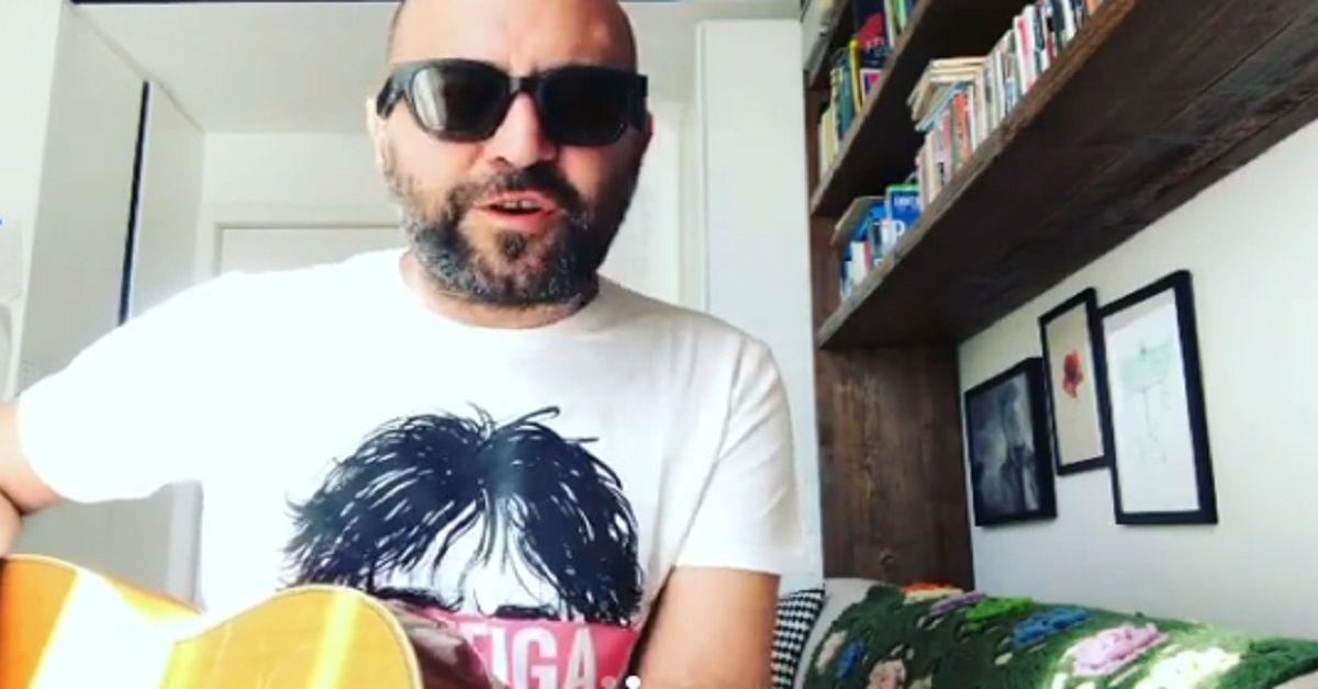 Coronavirus, Giuliano Sangiorgi posta sui social una canzone scritta dopo l'assalto alla stazione di Milano – Il video