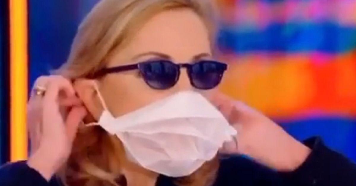 Barbara Palombelli in tv mostra come fare una mascherina con la carta forno. Ecco il tutorial
