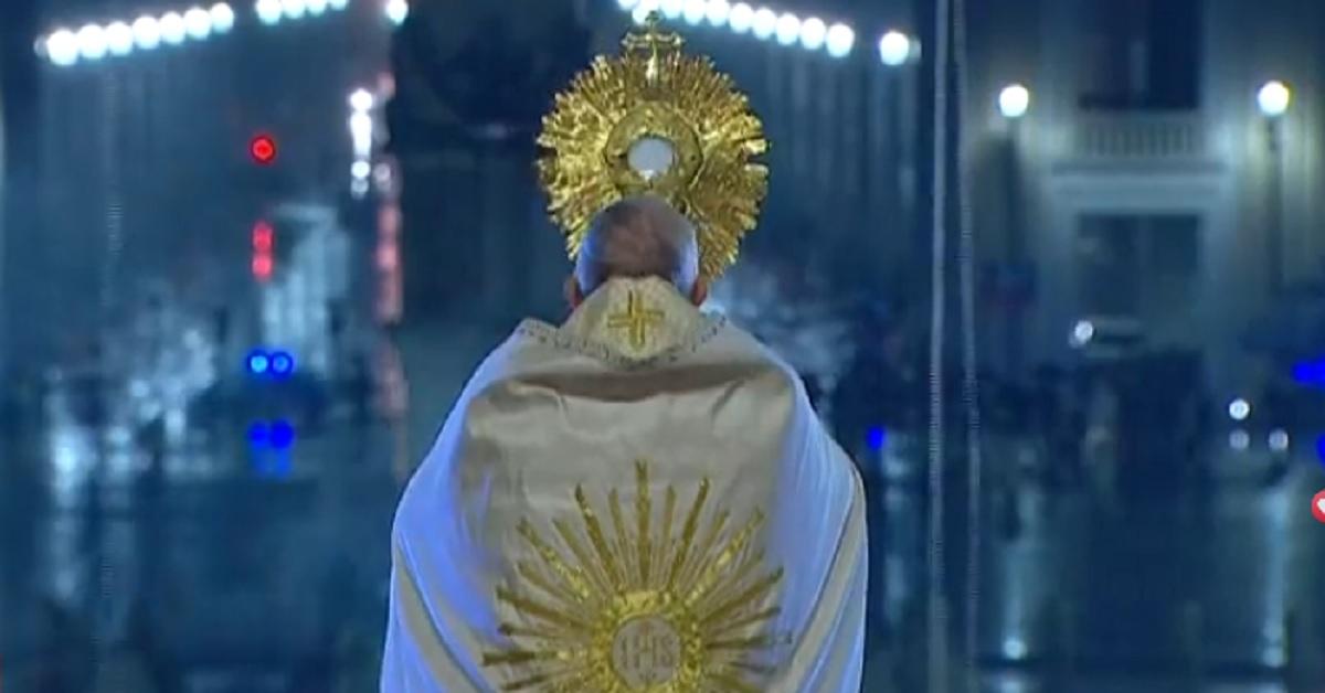 """Risuonano le parole del Papa in una Piazza San Pietro piovosa, vuota e silenziosa """"Siamo stati presi alla sprovvista da una tempesta inaspettata"""" e poi il pensiero a loro"""