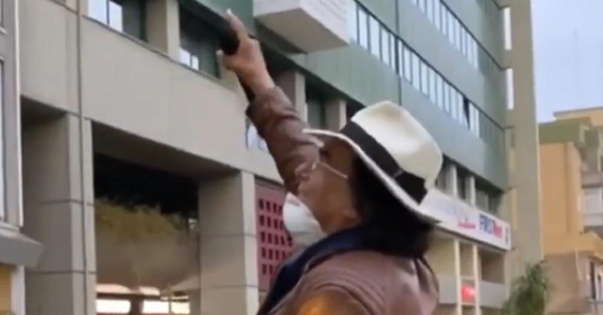 Sorpresa di Al Bano per gli operatori sanitari pugliesi. Munito di microfono dalla strada arriva un omaggio per loro. VIDEO