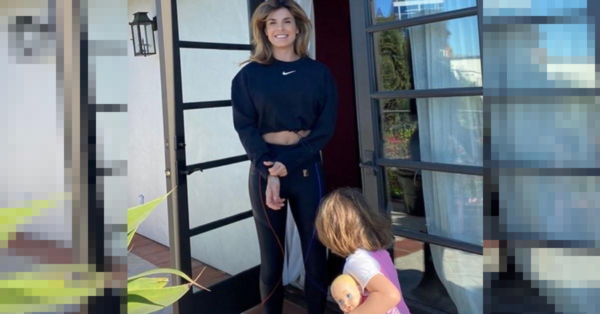 Elisabetta Canalis posta degli scatti con la figlia in terrazza, ma a destare curiosità sono le sue ciabatte. Ecco quanto costano