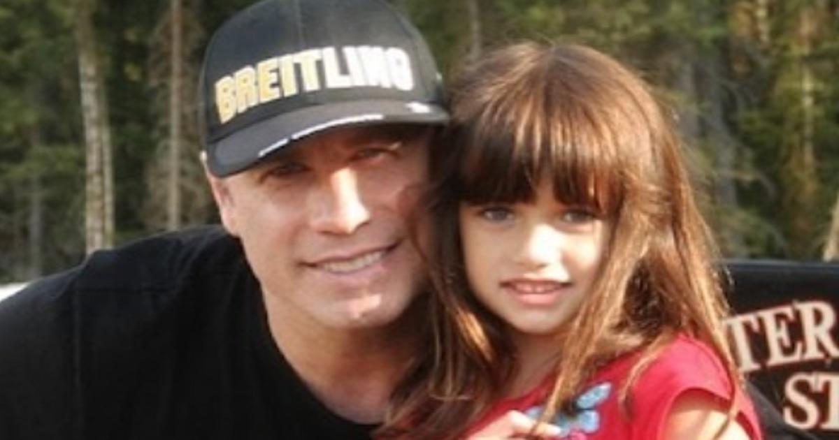 Ella, la figlia di John Travolta in questa foto era ancora una bambina. Ormai ha compiuto 20 anni e ha già lavorato con il padre. Ecco com'è diventata.