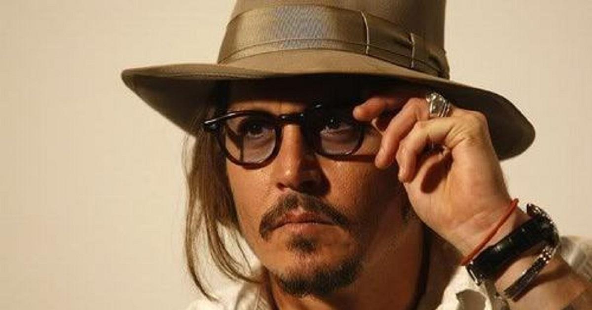 Sapete perchè Johnny Depp porta sempre gli occhiali? Dietro le lenti nasconde un segreto. Ecco di cosa si tratta.