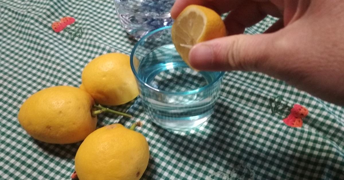 L'acqua al limone ti aiuta davvero a perdere peso? La parola agli esperti.