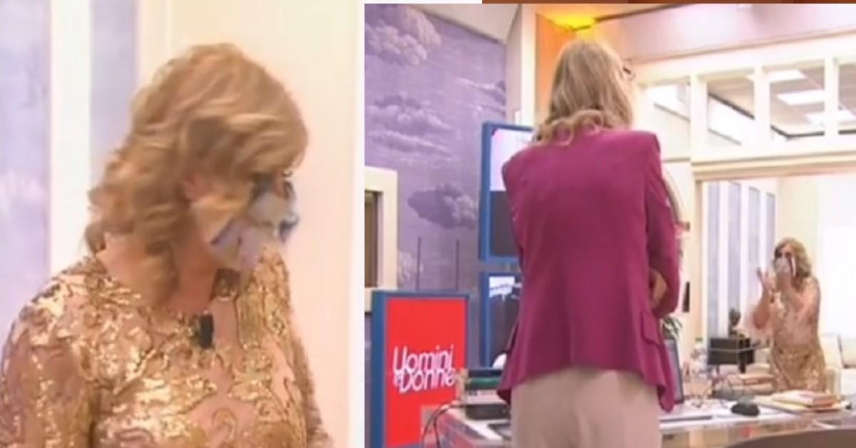 Tina si presenta in studio a Uomini e Donne con una mascherina che non passa inosservata. Avete visto il disegno? Risate assicurate.