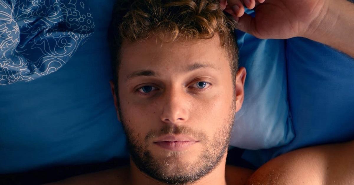Il giovane attore è il nipote di un noto conduttore televisivo. Sapete chi è lo zio di Ludovico Tersigni di Summertime? Sì, Proprio lui!