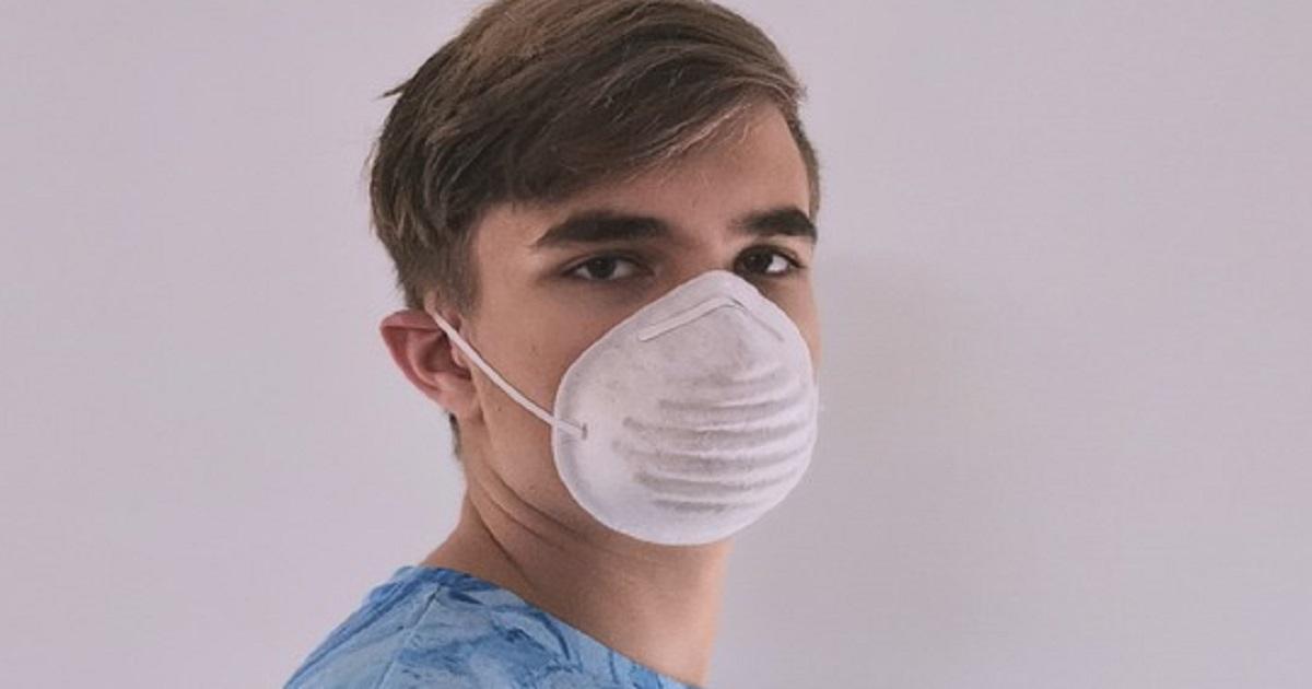 Il motivo principale per cui la tua mascherina ha un odore così cattivo