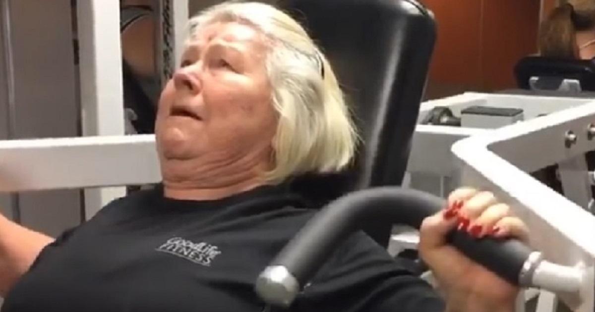 A 74 anni ha trasformato completamente il suo corpo e oggi è una fitness influencer. Le foto di Joan prima e dopo