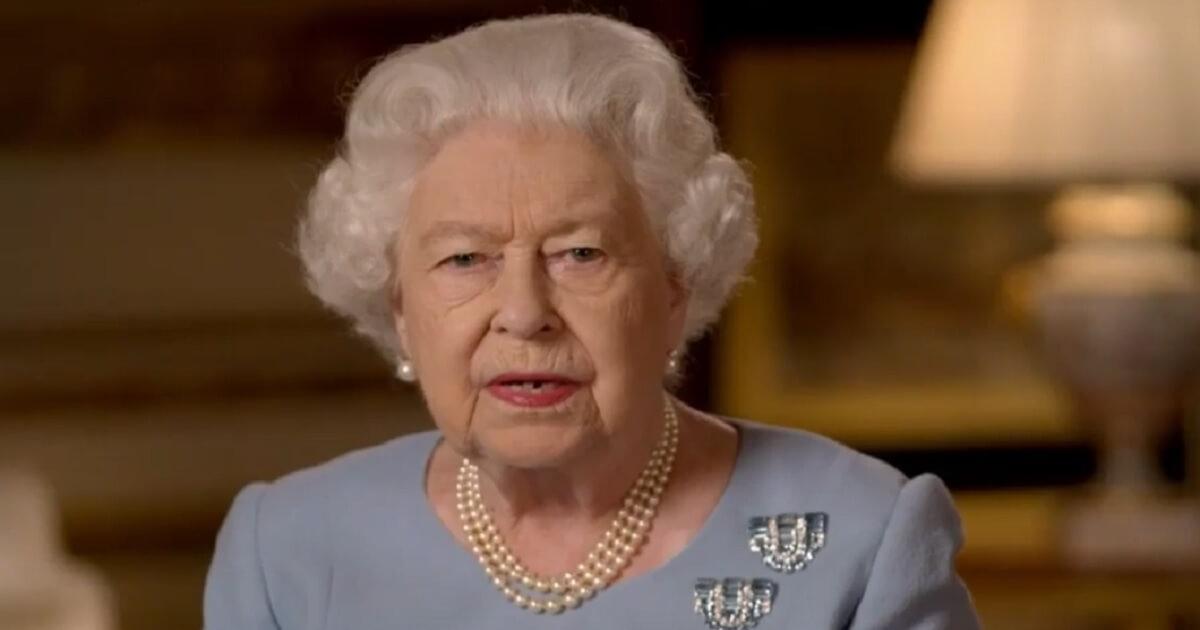 Perchè la Regina Elisabetta ha sempre i capelli perfetti anche in tempo di pandemia? Ecco il suo segreto.