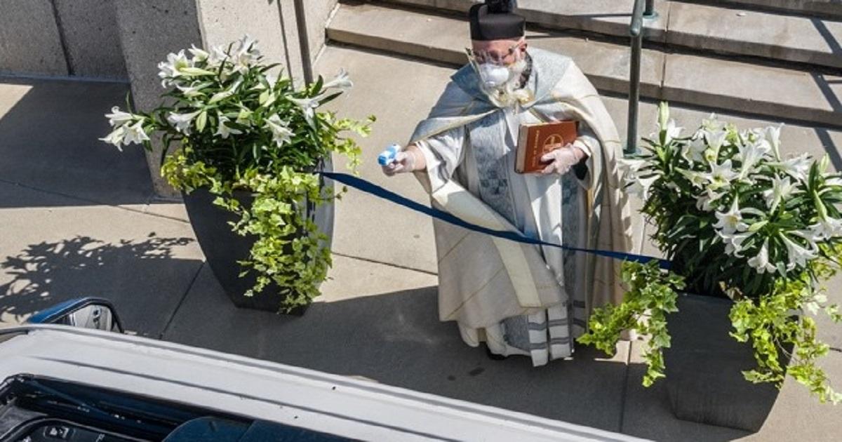 Non è uno scherzo ma l'iniziativa di un sacerdote americano per benedire i fedeli.