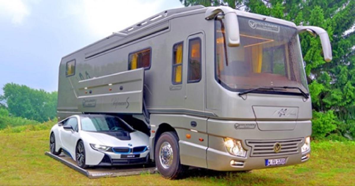 Questo camper di lusso da $ 1,7 milioni ha un proprio garage per contenere un'auto