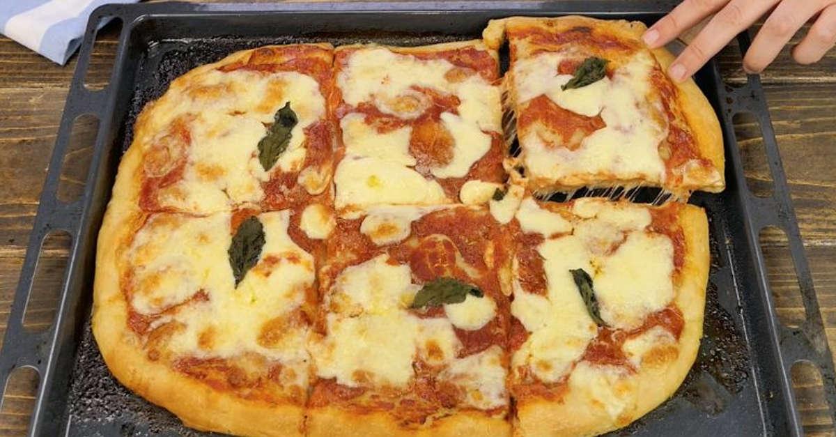 Come preparare una gustosa pizza in teglia in casa: basta solo 1g di lievito!