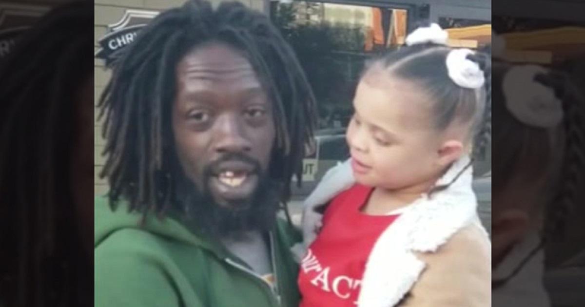 Bambina down di 8 anni con problemi di linguaggio va in braccio ad un senzatetto e inaspettatamente cantano insieme