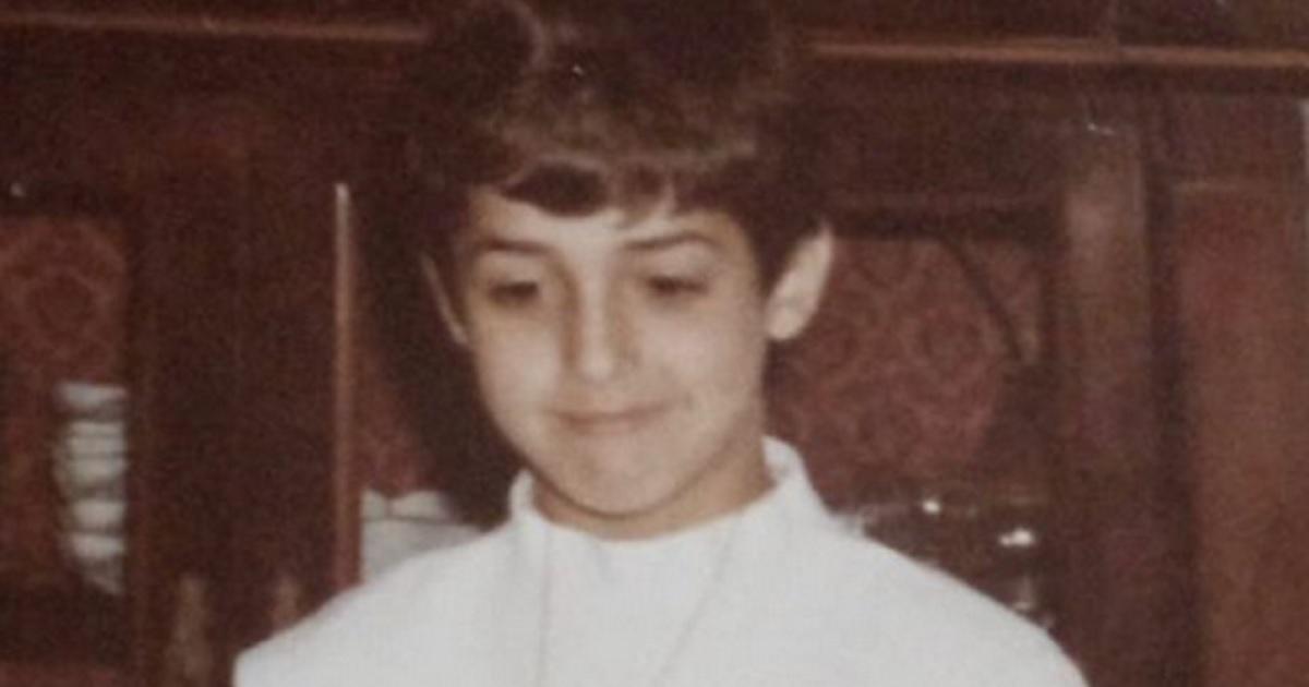 Qui era solo un bambino con un timido sorriso. Proprio diverso dallo sguardo da duro che conosciamo oggi. Lo avete riconosciuto? Ecco chi è