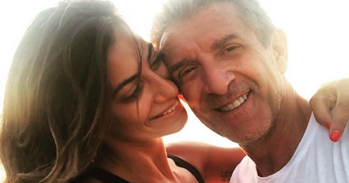 Quasi 40 anni di differenza Ezio Greggio da due anni è fidanzato con Romina. Il padre di lei dice la sua sul conduttore di Striscia.