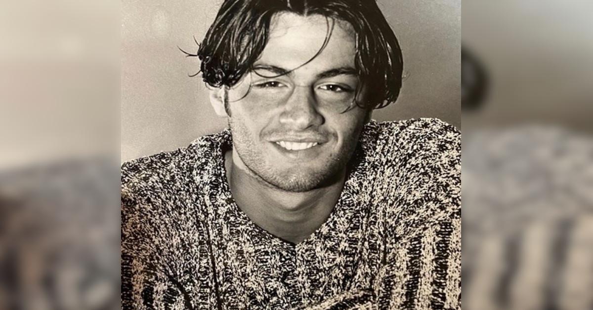 In questa foto aveva solo 17 anni. Avete riconosciuto il famoso conduttore? Oggi è molto apprezzato