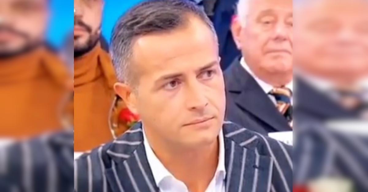 Riccardo Guarnieri dopo la fine della storia con Ida Platano si ripresenta inaspettatamente dove tutto ha avuto inizio.