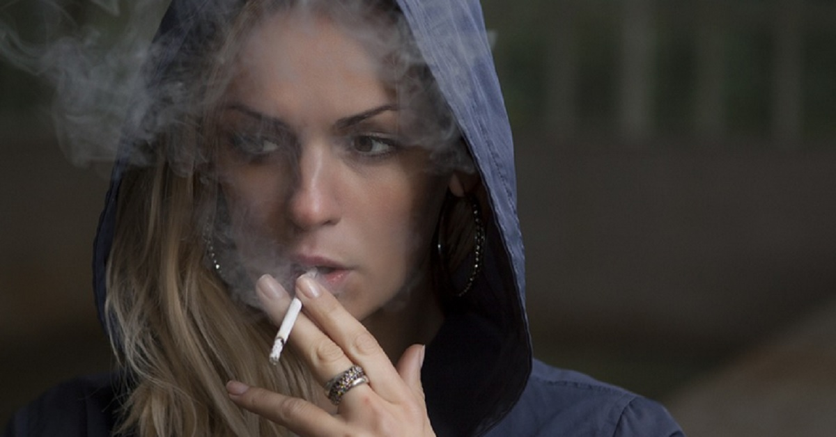 Dita ingiallite dal tabacco? Ecco i metodi per rimuovere le macchie di nicotina dalle mani