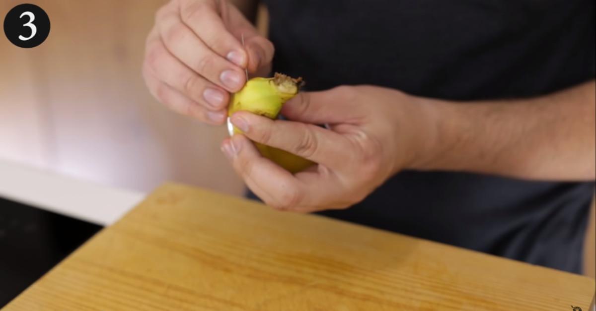 Il trucco super pratico di pungere una banana con un ago. È quasi un trucco magico [VIDEO]