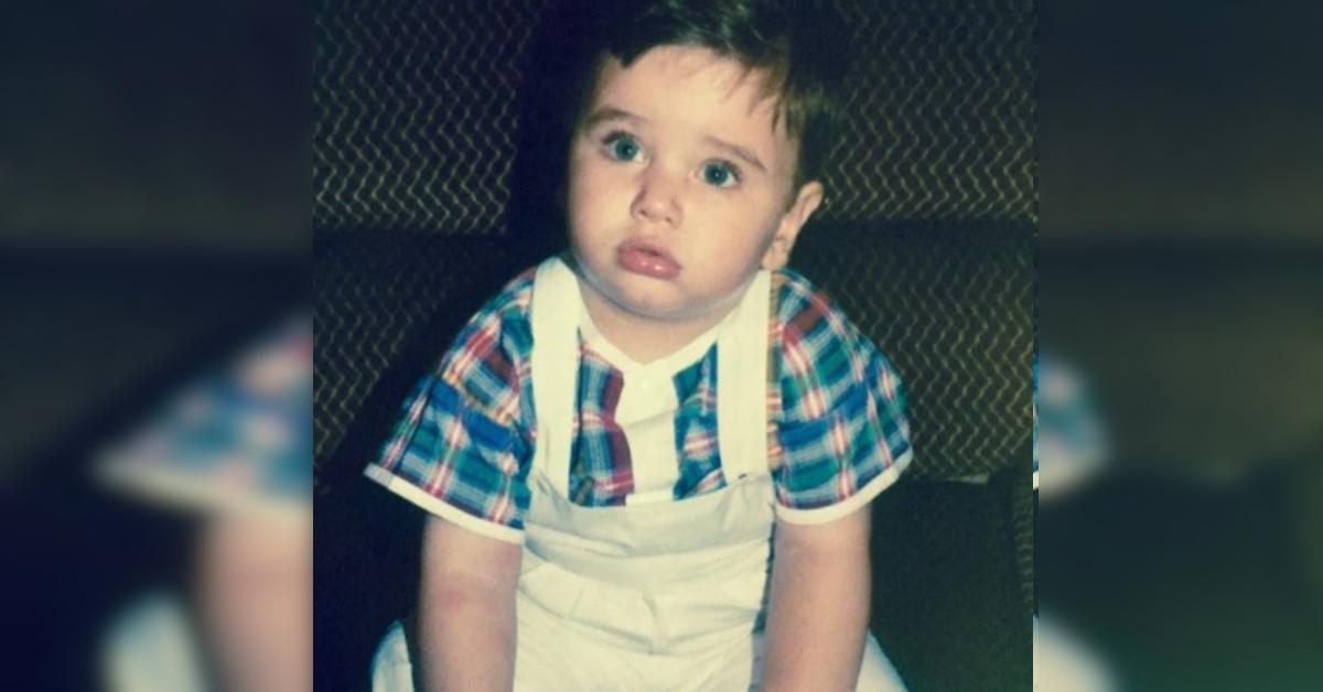 Riconoscete il bambino nella foto? È uno dei concorrenti della nuova edizione del Grande Fratello Vip