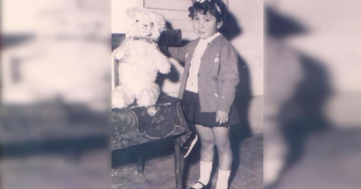 Qui era solo una bambina, oggi la showgirl è molto presente in tv tra reality ed ospitate. Non è facile riconoscerla